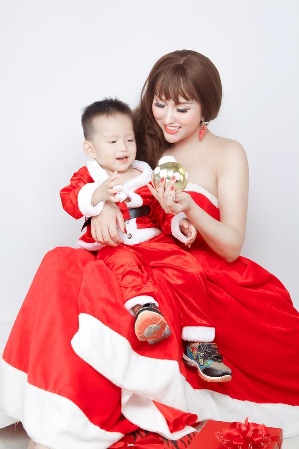 Phi Thanh Vân vai trần gợi cảm chụp ảnh cùng quý tử.