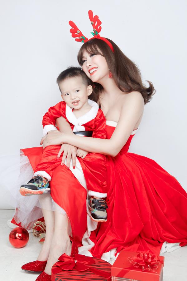 Con trai Phi Thanh Vân hớn hở chụp ảnh Noel cùng mẹ
