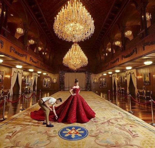 Isabelle được các stylist giúp đỡ tạo dáng bên trong cung điện tổng thống. Ảnh: AsiaWire