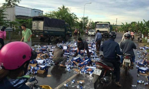 Người dân Đồng Nai giúp tài xế thu dọn hàng trăm lon bia đổ trên đường