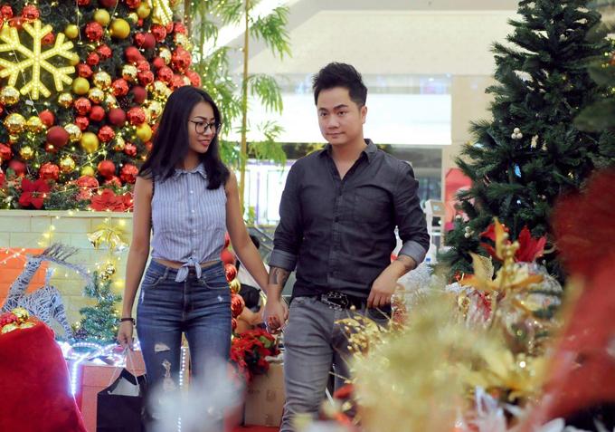 Duy Trường và vợ mới cưới Hoàng Trang tay trong tay xuất hiện ở một trung tâm thương mại tại TP HCM.