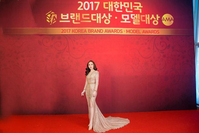 Kelly dự lễ trao giải Korean Brand Awards and Model Awards 2017 tổ chức ở thủ đô Seoul. Đây là giải thưởng do Hiệp hội người mẫu Hàn Quốc tổ chức nhằm tôn vinh những nghệ sĩ có nhiều hoạt động nổi bật, được khán giả yêu thích.