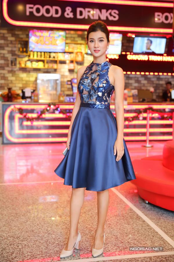 Kim Tuyến xuất hiện với trang phục thiết kế khá mát mẻ từ cổ tới eo.