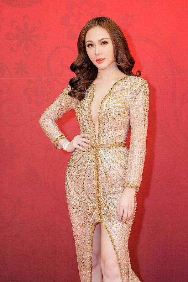 Hot girl Việt Nam trông quyến rũ trong bộ cánh xẻ cổ sâu tới eo, bó sát cơ thể, tôn đường cong hiệu quả.