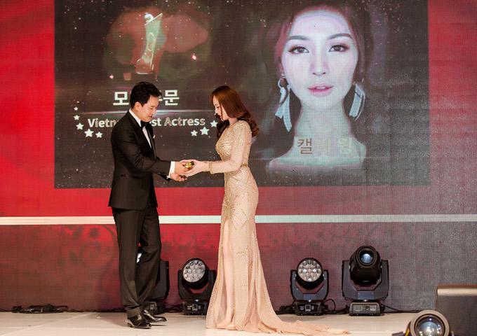 Kelly được trao giải Best Model Award.