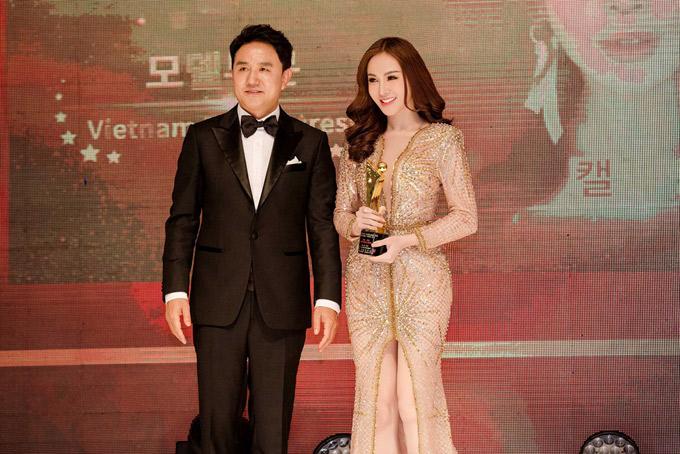 Người đẹp rất hạnh phúc khi được xướng tên và nhận cúp lưu niệm trên sân khấu xứ kim chi.