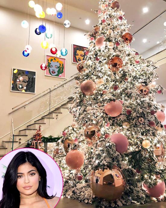 Cây thông khổng lồ với những quả cầu màu hồng trong biệt thự của bà bầu Kylie Jenner. Người đẹp 19 tuổi hào hứng trang trí ngôi nhà tràn ngập sắc hồng để đón con gái sắp chào đời.