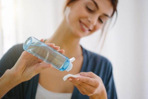 Dùng sản phẩm có chứa cồn Các sản phẩm nước hoa hồng hay nước tẩy trang có thành phần cồn không nên sử dụng trong mùa đông vì nó khiến da mất đi độ ẩm