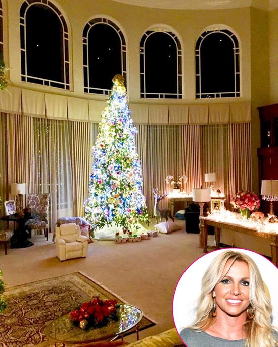 Cây thông Noel sáng rực trong phòng khách tại biệt thự của Britney Spears.