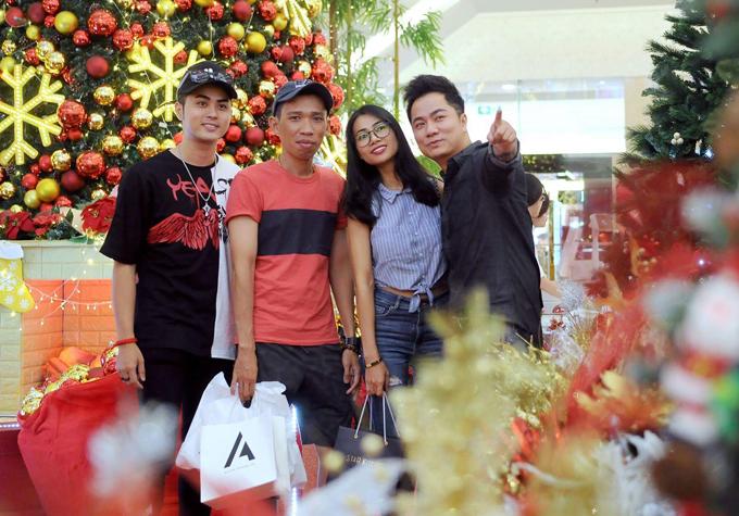 Vợ chồng nam ca sĩ hội ngộ đàn em Allan Thanh Tú và một người bạn tại trung tâm thương mại.