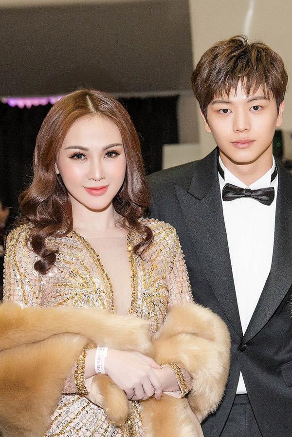 Kelly rạng rỡ chụp ảnh cùng ngôi sao Hàn Quốc điển trai.