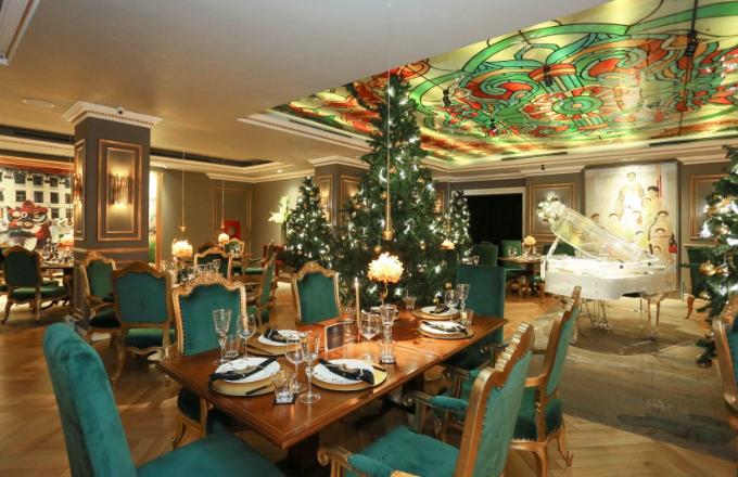 Không gian nhà hàng được trang hoàng lộng lẫy và rực rỡ để thực khách trải nghiệm ẩm thực thú vị trong dịp lễ Giáng sinh và đón năm mới.