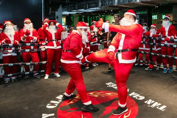 Đội quân Santa Claus đấu boxing tại phòng tập The One Club.