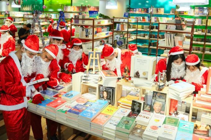 Rừng sách tại Phương Nam Book City thu hút sự tò mò của đội quân áo đỏ.