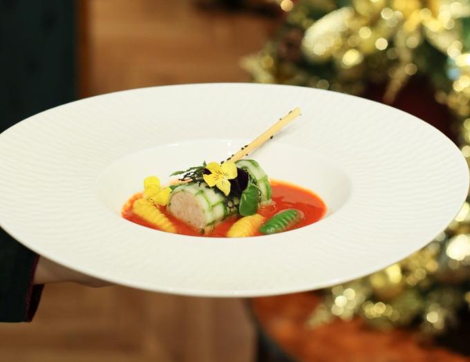 Súp chạo tôm hùm trứng tôm nấu trái gấc và đuông bột, được sáng tạo độc đáo theo chủ đề Giáng sinh tươi vui, rực rỡ màu sắc.