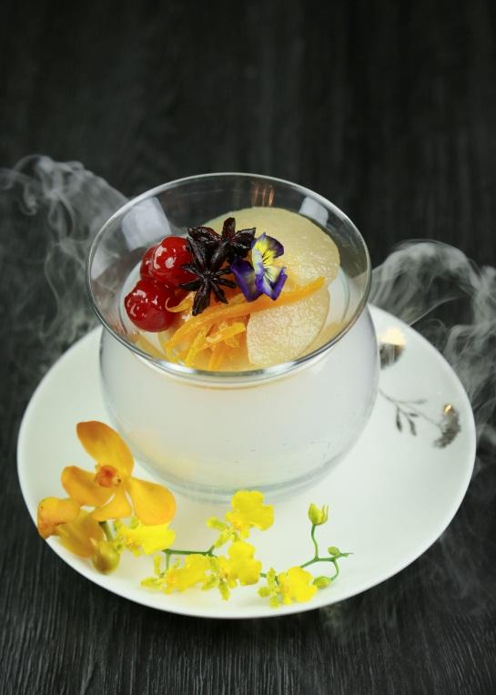 Món tráng miệng ngọt ngào gồm bánh baba sốt lê hầm rượu với các thành phần lê đường được hầm mềm trong hỗn hợp rượu, quế, hồi, thảo quả vỏ cam chanh.