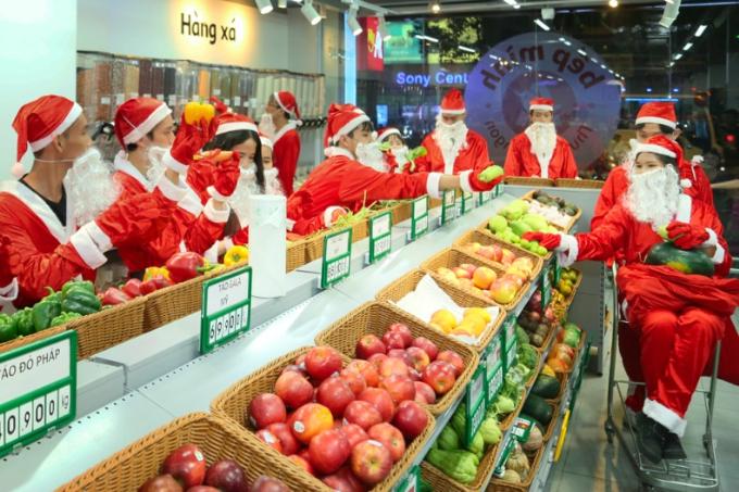 Ghé thăm và lựa chọn thực phẩm cho tiệc Giáng sinh tại siêu thị Auchan.