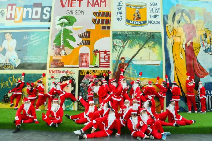 Trước đó, các ông, bàgià Noel tạo dáng nhí nhố trước pa-nô Sài Gòn xưa nằm trên khu văn hóa Chợ Lớn thuộc tầng 3 của trung tâm thương mại. Đây là địa điểm thu hút rất đông bạn trẻ đến tham quan và chụp ảnh trong những ngày vừa qua.