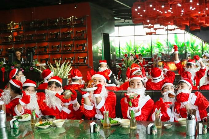 Các ông, bàgià Noel cùng tập trung tổ chức tiệc Giáng sinh tại Cocochin food court Chợ Lớn.