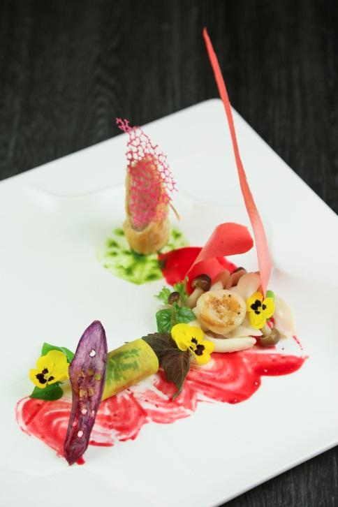 Thực đơn gồm bốn món ăn hấp dẫn thưởng thức cùng hai ly rượu vang đỏ cao cấp, được bếp trưởng nhà hàng thiết kế riêng cho dịp lễ.