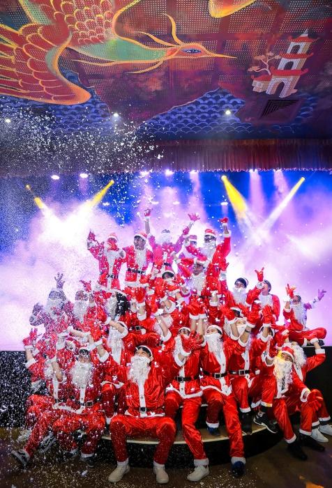 Ông, bà già Noel xếp hàng tạo dáng thành hình cây thông Noel trong nhà hát Chợ Lớn. Bên cạnh trình chiếu chương trình nghệ thuật mang đậm âm hưởng truyền thống dân tộc, nhà hát còn tạo nên nét đặc trưng riêng với không gian giao lưu văn hoá, tổ chức sự kiện, giải trí cộng đồng.