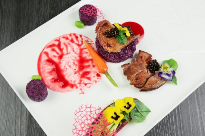 Bồ câu nấu chậm bông huệ và xôi lá cẩm - món chính đặc biệt của thực đơn. Món ăn đan xen giữa nét đẹp ẩm thực truyền thống và hiện đại.