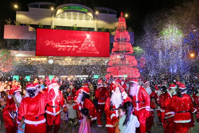 Quảng trường Thuận Kiều - nơi tập trung đông lượng du khách mỗi dịp cuối tuần vừa được dựng mô hình cây thông Noel cao 20m rực rỡ cùng tuyết nhân tạo nhằm giúp những người đến vui chơi cảm nhận rõ rệt không khí Giáng sinh.