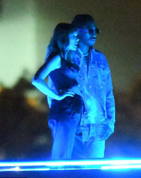 Theo paparazzi của TMZ, nữ ca sĩ 28 tuổi đã mặc hai áo lót kết hợp với phương pháp đẩy ngực để có được dáng vẻ như vậy.