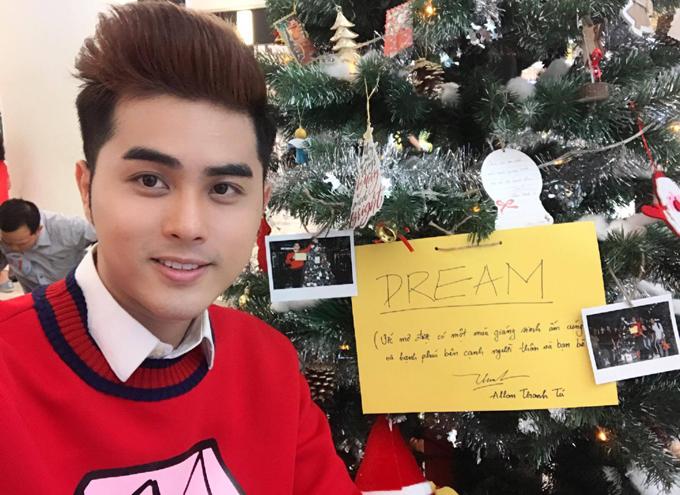 Allan Thanh Tú cũng là một Việt kiều mới về nước hoạt động nghệ thuật. Anh viết những điều ước trong dịp Giáng sinh treo lên cây thông Noel.