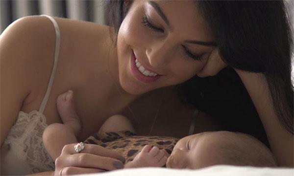 Bạn gái C. Ronaldo đăng ảnh con gái một tháng tuổi ngủ ngoan