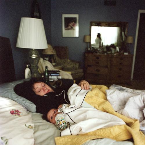 Trong khi mắt con vẫn mở thao láo thì mẹ đã chìm vào giấc ngủ vì quá mệt mỏi.
