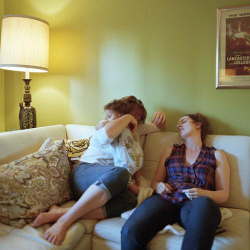 Ngay cả khi bị ốm, bạn vẫn phải ngồi yên tại chỗ mà con có thể nhìn thấy bạn, có thể cho con bú.