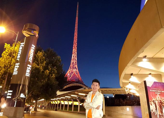 Tháp truyền hình trong tổ hợp Arts Center Melbourne với bốn màu vàng, xanh, tím, đỏ thay đổi liên tục là địa điểm không thể bỏ qua vớikhách du lịch đến xứ chuột túi.