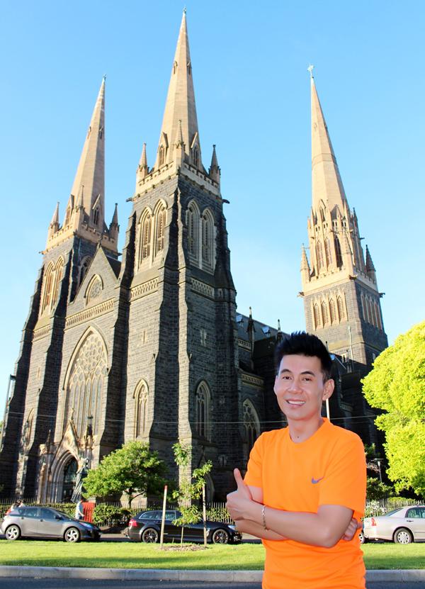 Đoan Trường chụp ảnh trước nhà thờ cổ Saint Patrick xây dựng từ thế kỷ 19tại Melbourne với kiến trúc Gothic đặc trưng.