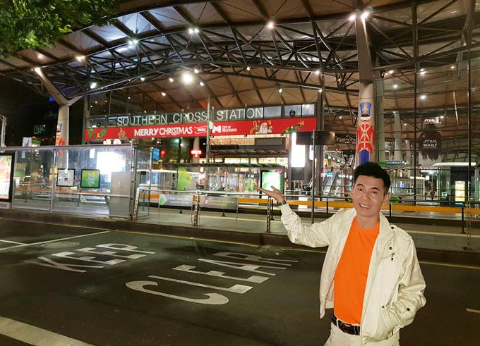 Nhà ga phía nam thành phố Melbourne luôn nhộn nhịp các chuyến tàu hỏa đi khắp tỉnh thành của nước Australia.
