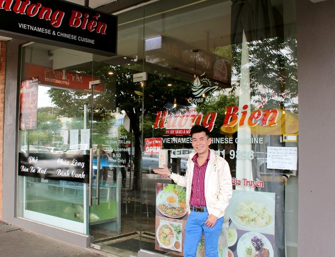 Nam ca sĩ thăm khu buôn bán của người Việt tại Australia. Anh ghé một nhà hàng Việt Nam thưởng thức cháo lòng, bánh canh.