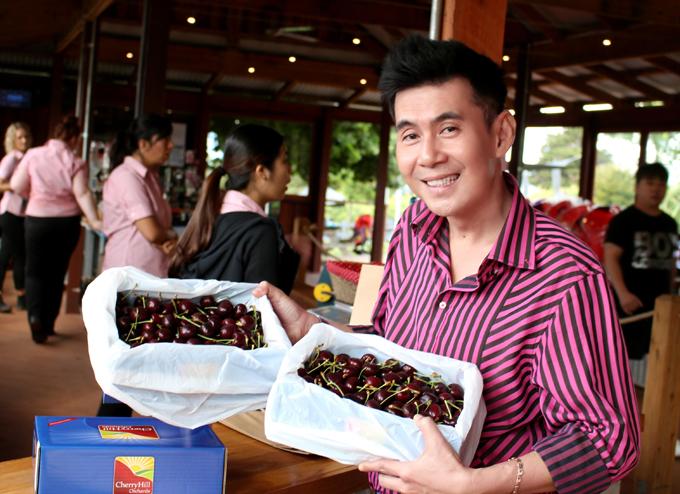 Đoan Trường mua vài hộp cherry về làm quà cho người thân và bạn bè. Cherry tím ngọt hơnvà giáđắt gần gấp đôi loạicherry đỏ.