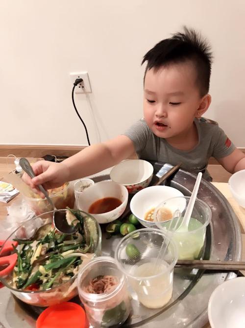 Bố mẹ 9X bỏ đói con trai để rèn nếp ăn ngoan