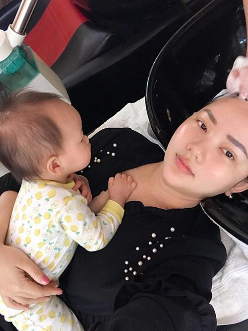 Con gái Phan Như Thảo dính chặt lấy mẹ. Cô viết: Mẹ bỉm thiệt hoàn cảnh hết sức.