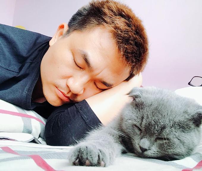 Đại Nghĩa gối đầu lên chú mèo cưng, giả vờ ngủ: Cha con tui đã đi ngủ rồi nha.