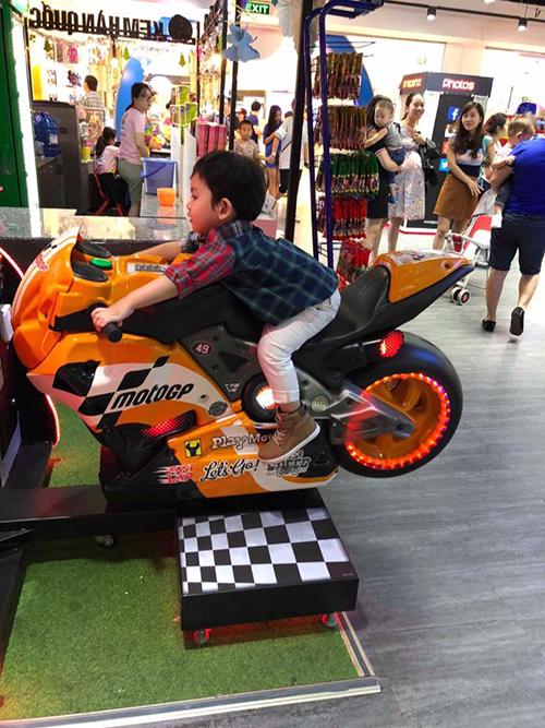 Kubi nhà Phan Hiển ngồi xe motor bản mini cực oách, bố không theo kịp.