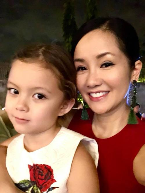 Hồng Nhung tâm đắc với bức ảnh mẹ và con gái. Bé Tép càng lớn càng giống mẹ.