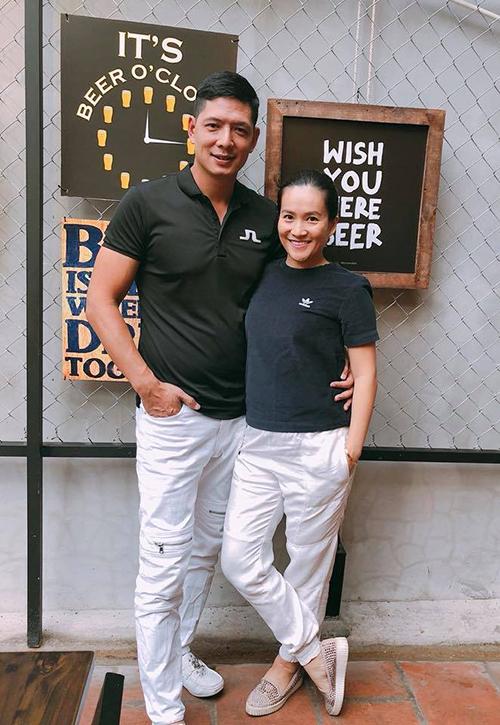 Sau ồn ào lộ ảnh với Trương Quỳnh Anh, Bình Minh và vợ vẫn rất tình cảm. Hai người cùng nhau đi ăn tiệm. Anh viết: .