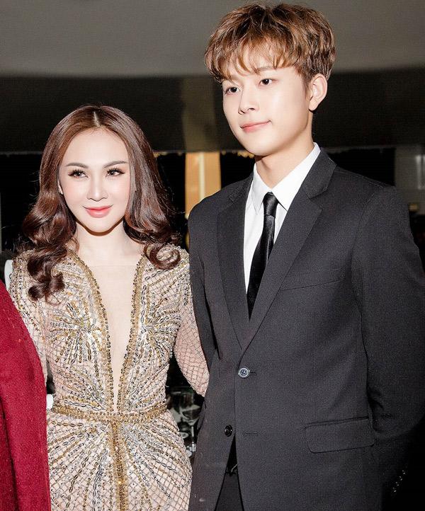 Kelly trong khoảnh khắc đứng bên ca sĩ Yoo Seon Ho.