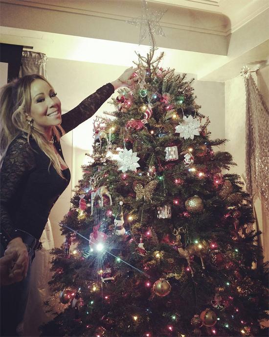 Mariah Carey luôn háo hứcmỗi mùa Giáng sinhđến. Cô và bồ trẻ cùng nhau đi mua cây thông, sau đó cùng các con trang hoàng rực rỡ.
