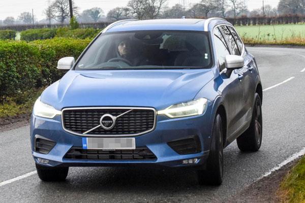 Tiền đạo Ibrahimovic lái chiếc Volvo màu xanh quen thuộc tới sân tapah.