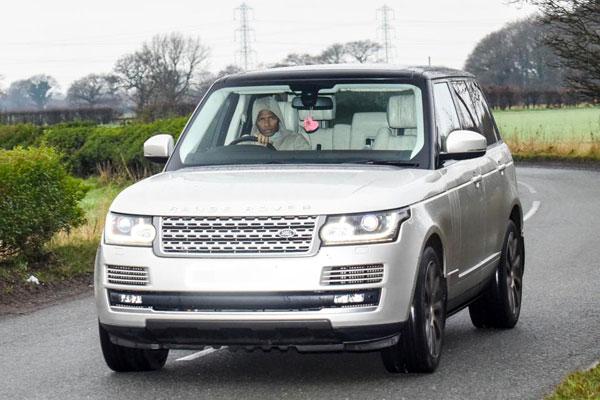 Antonio Valencia mặc áo khoác tương tự màu xe Range Rover.