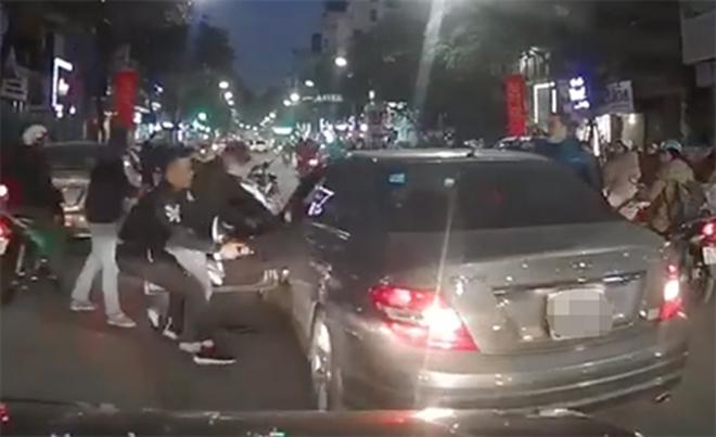 Sau va chạm, tài xế bị hai nam thanh niên hành hung. Ảnh chụp từ clip
