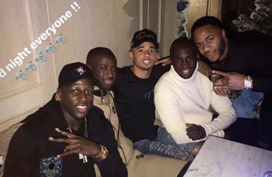 HLV Guardiola chụp ảnh với các người đẹp trong tiệc Giáng sinh của Man City