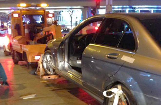 Chiếc xe bị rụng cửa lái sau khi bỏ chạy. Ảnh: Sơn Bình